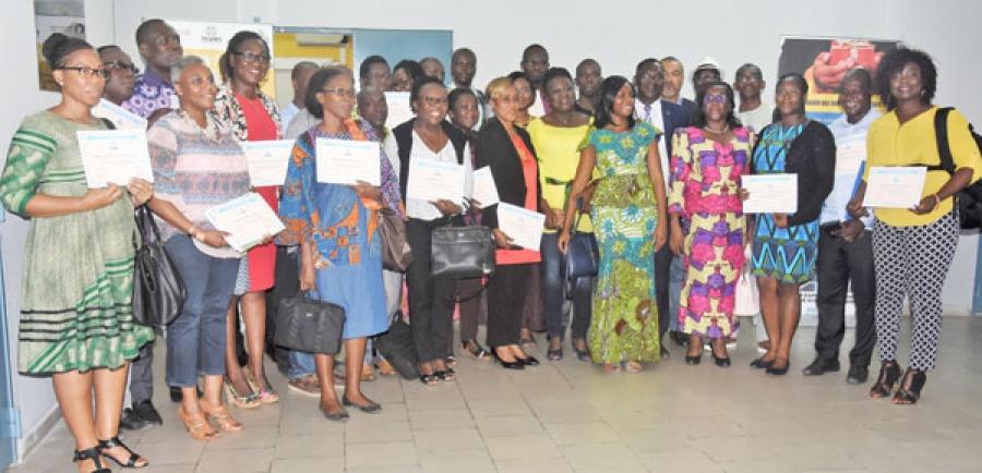 Les participants fiers de pru00e9senter leurs attestations u00e0 la fin de la formation.