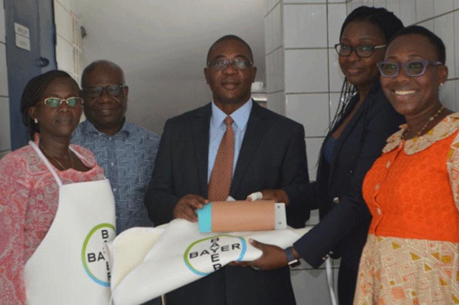 Le directeur exsu00e9cutif de l'AIBEF, Richard Allo et  Mme Nadah Mildred Pita, coordonnatrice du programme de santu00e9 chez Bayer pour lu2019Afrique de lu2019Ouest et lu2019Afrique Centrale(au centre),  le mardi 29 mai u00e0 Abidjan Treichville au siu00e8ge de l'Aibef