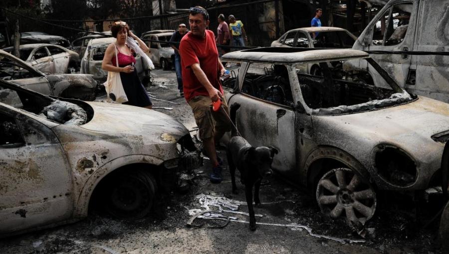 Les voitures de la localitu00e9 de Mati, calcinu00e9es apru00e8s les incendies.