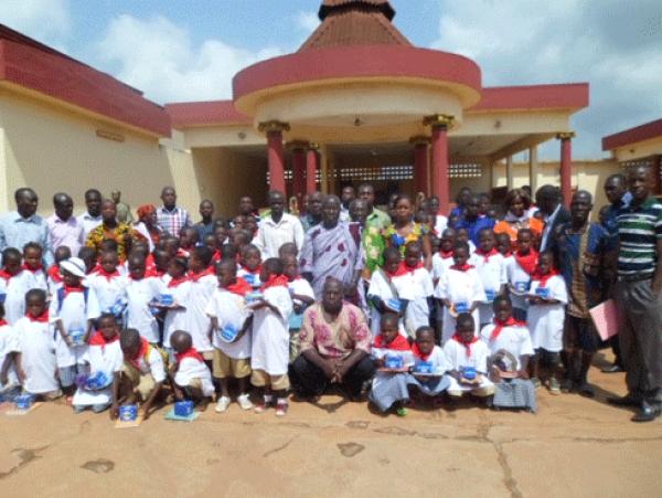 Des u00e9coliers dans la cour royale d'Abengourou