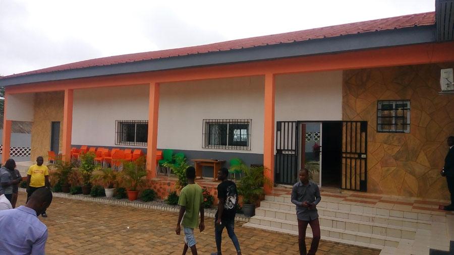 Une vue du bu00e2timent principal du foyer des jeunes abritant la salle Aka Jeanne Batlo
