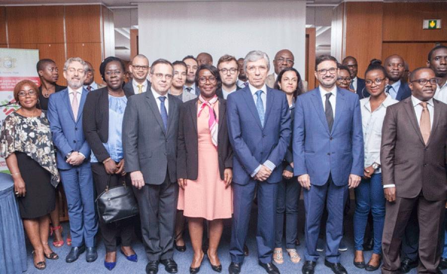 Des ambassadeurs autour de la secru00e9taire du2019Etat chargu00e9e des Droits de lu2019homme, Aimu00e9e Zebeyoux.