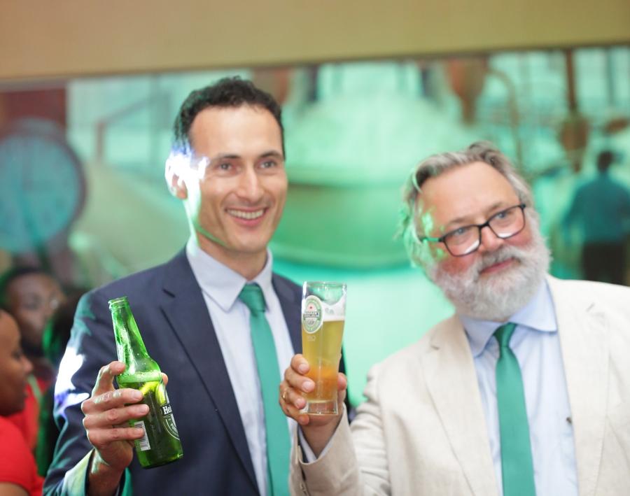 Laurent Thu00e9odore (directeur gu00e9nu00e9ral de Brassivoire) et Heineken, Willen Van Waesberghe (Maitre brasseur du Groupe Heineken)
