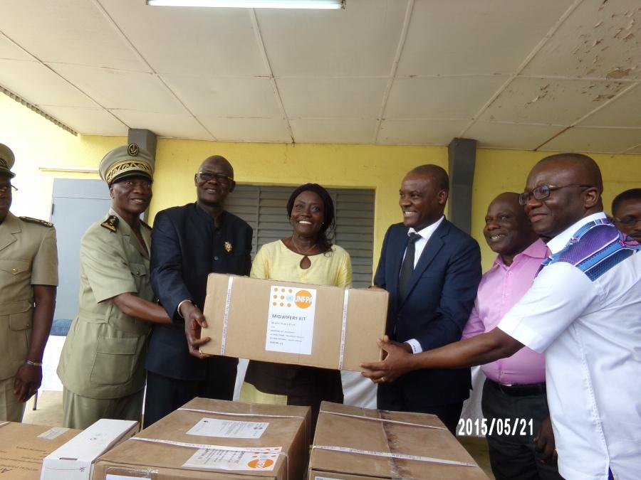 La ministre Mariatou Konu00e9 ru00e9ceptionnant les u00e9quipements mu00e9dicaux des mains de M. Alain Akpadji, Repru00e9sentant ru00e9sident par intu00e9rim du Fnuap en Cu00f4te d'Ivoire