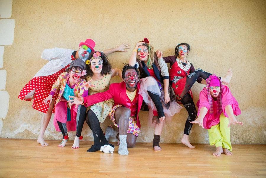 Autour de Fidu00e8le Baha, le mau00eetre-clown, des joyeux lurons des Pataclowns de Genu00e8ve en pleine action u00e0 lu2019Insaac !