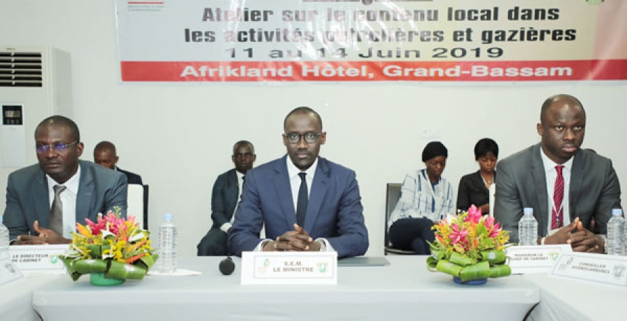 Le ministre du Pu00e9trole, de lu2019Energie et des Energies renouvelables, Abdourahmane Cissu00e9 (au milieu).