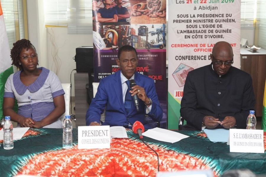 : Le pru00e9sident du Conseil des Guinu00e9ens de lu2019u00e9tranger (CGE), section Cu00f4te du2019Ivoire, Kaba Su00e9kou (au centre) lors du lancement du prochain Forums ivoiro-guinu00e9en.