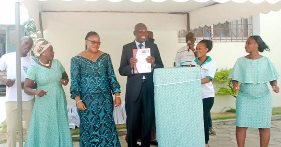 Le directeur gu00e9nu00e9ral du Labogem, Seu Tia, pru00e9sentant officiellement la certification u00e0  son personnel.