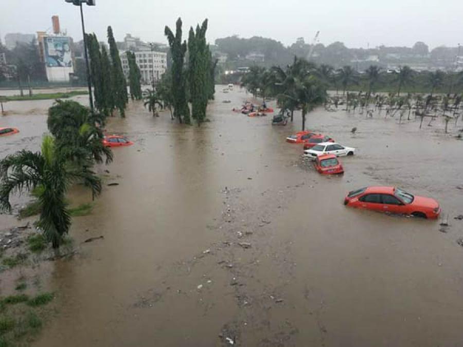 Vague d'inondations à Abidjan suite à une pluie diluvienne — Côte d'Ivoire