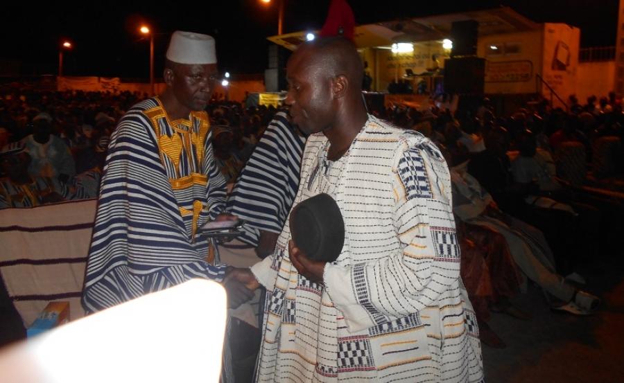 Alexis Su00e9kongo (1er plan), promoteur du Festival, salue les autoritu00e9s traditionnelles