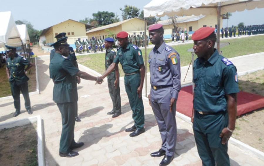 Colonel-major, Zana Traoru00e9, Commandant des u00e9coles et centres de formation fu00e9licite chaleureusement les meilleurs u00e9lu00e8ves de cette 30 u00e8 promotion de l'Ensoa.