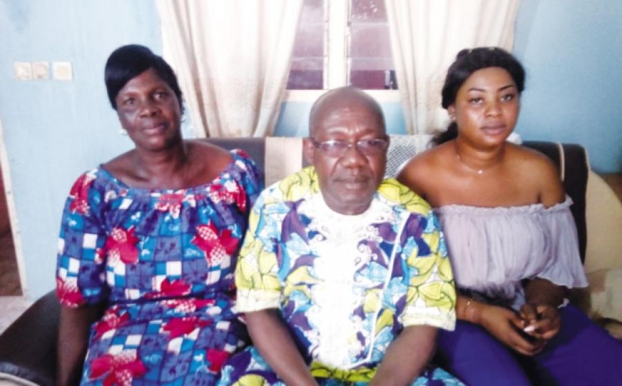 Gbongba Oro Charlu00e8ne (u00e0 l'extru00eame droite) heureuse de retrouver sa mu00e8re et son oncle.