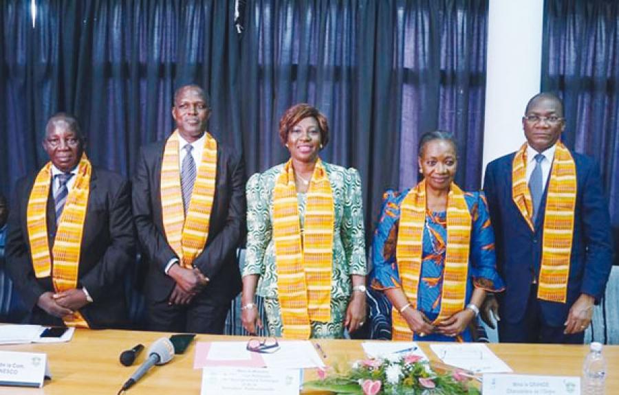 La marraine Henriette Dagri Diabatu00e9 entouru00e9e des ministres Kandia Camara et Bruno Konu00e9 ainsi que du Dr Soro (Sg de ComNat) et Justin Su00e9a (Pdt Ceni Mu00e9mo, u00e0 lu2019extru00eame gauche).