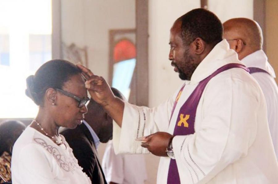 Les catholiques célèbrent le Mercredi des Cendres