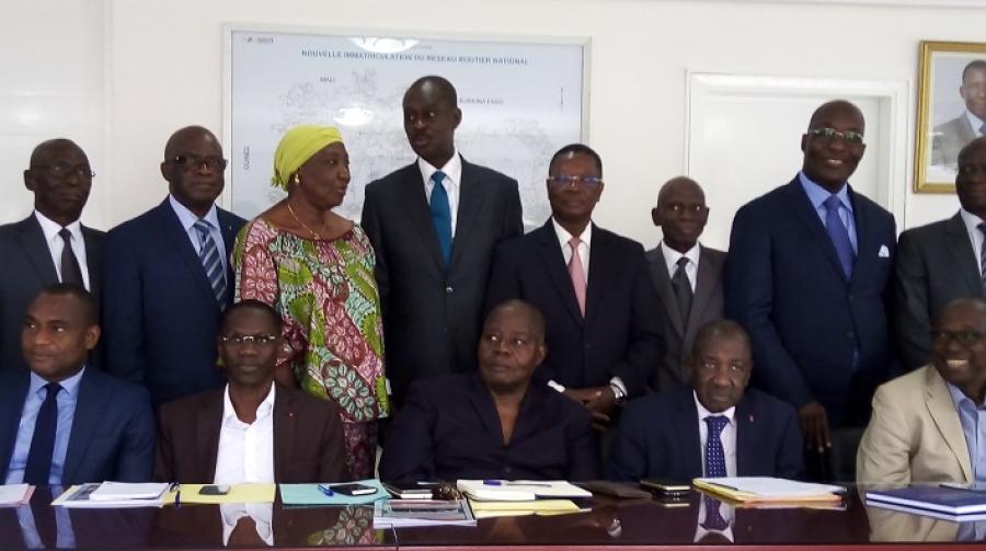 Adama Sall (au centre) a assuru00e9 la faitiu00e8re du soutien constant du secru00e9taire du2019u00c9tat en charge du Budget et du Portefeuille de lu2019u00c9tat.