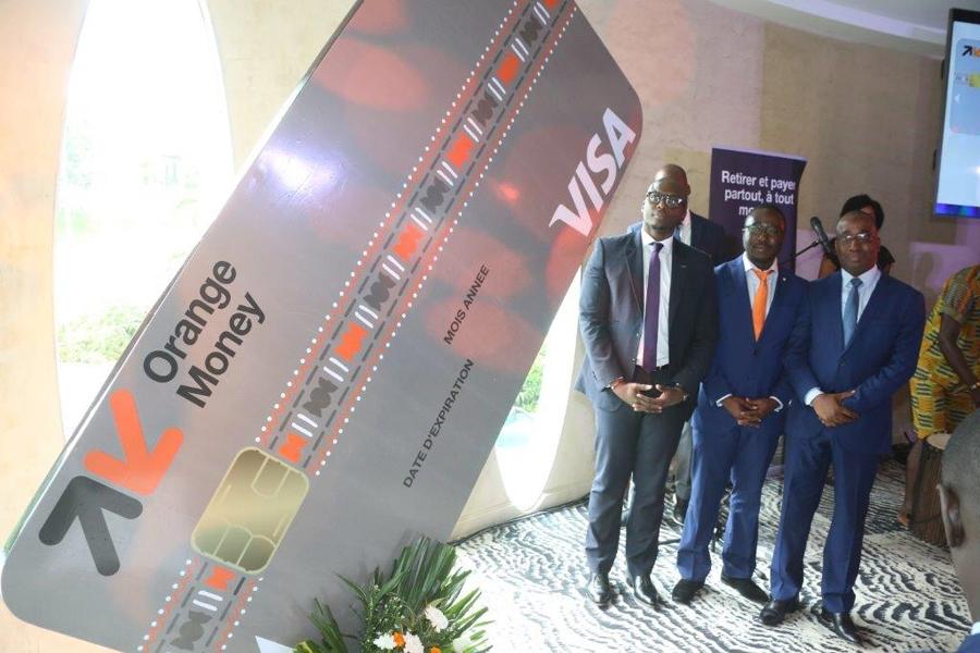 Le Dg d'Omci, le Dg Visa Afrique de l'ouest et centrale et le directeur pu00f4le finance et supports de la Baci du00e9voilent la carte de retrait et de paiement Orange Money Visa