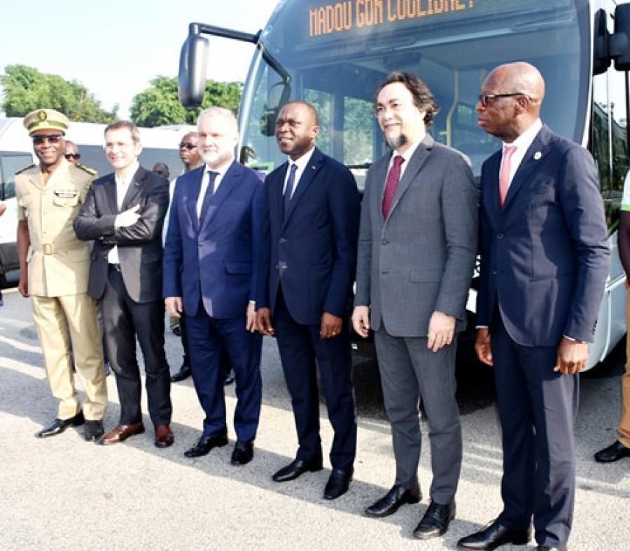 Photo de famille avec le ministre des Transports lors de la cu00e9ru00e9monie de remise des autobus