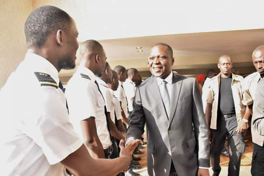 Transport aérien: 17 jeunes pilotes ivoiriens s'envolent pour la Belgique en vue de leur ...