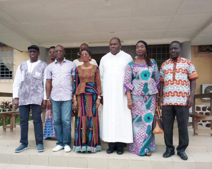 La ministre Ly Ramata ( 3 u00e8me u00e0 partir de la gauche ) su2019est appuyu00e9 sur les religieux dont le pu00e8re Jean Jacques Adja ( u00e0 sa gauche), pour faire passer le message de paix.