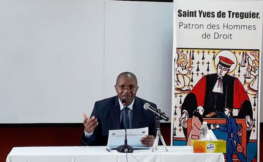 M. Franu00e7ois Komoin, magistrat hors hiu00e9rarchie et pru00e9sident  du Centre international pour le du00e9veloppement du droit(Cidd), lors de la confu00e9rence-du00e9bat.