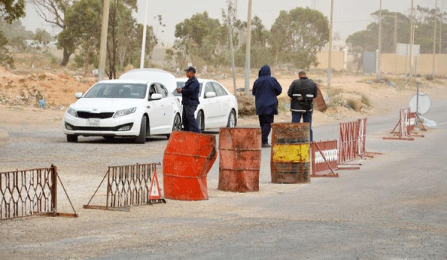 Les forces de su00e9curitu00e9 tunisiennes vu00e9rifient les vu00e9hicules pru00e8s du poste de douane tunisien au poste-frontiu00e8re de Ras Jedir avec la Libye, le 22 mars 2016.