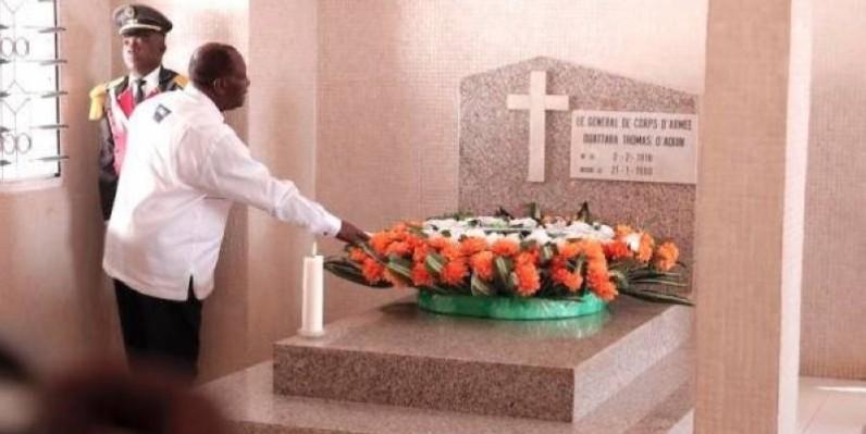 Le Président Alassane Ouattara sur la tombe du général Thomas d'Aquin à Katiola. (DR)