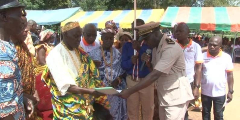 Nanan Akanza Kla II a reçu son arrêté de nomination des mains de l'autorité administrative. ( AK)