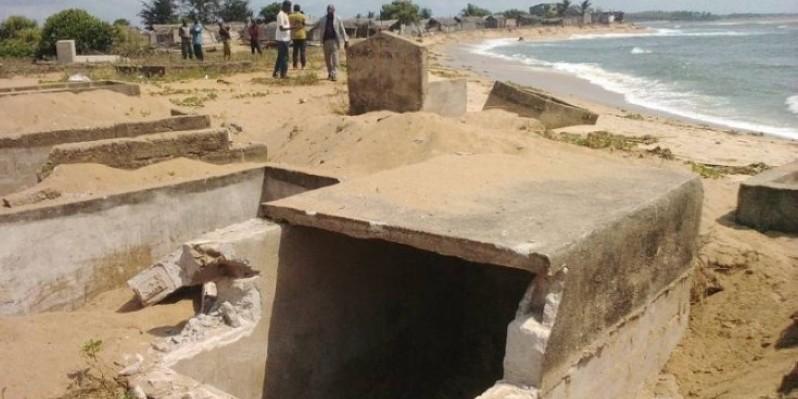 22 tombes emportées par l'océan à Lahou-Kpanda. (Fratmat.info)