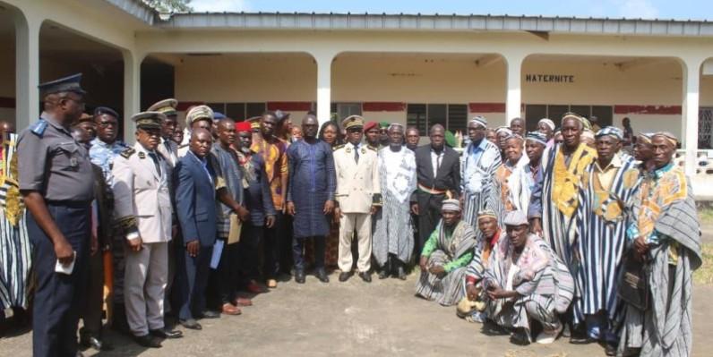 Ivoiriens et Libériens posent pour postérité après les échanges. (Saint-Tra Bi)