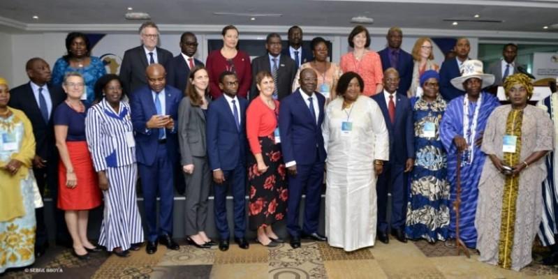 La nouvelle directrice de l'Unité de coordination du Partenariat de Ouagadougou, Dr Fatoumata Haïdara (au centre boubou blanc) veut faire des jeunes des acteurs de changement. (Isabelle Somian)
