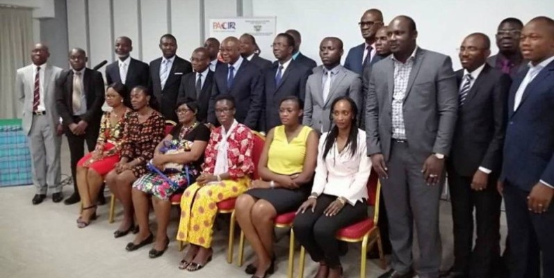 Photo de famille entre participants pour immortaliser la rencontre (DR)