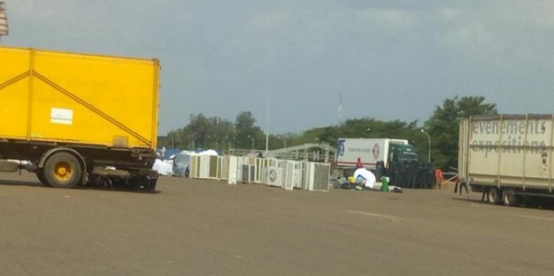 Des camions en train de décharger du matériel de logistique à la place Jean Paul 2 de Yamoussoukro. (DR)