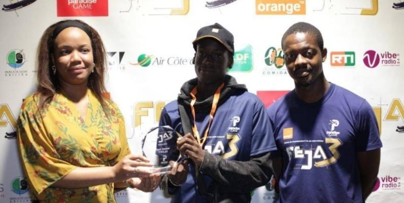 Le vainqueur, au milieu, recevant son trophée. (DR)