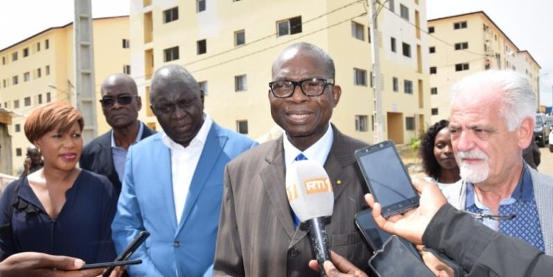 Le secrétaire d'Etat chargé du Logement social lors de sa tournée à la cité ''Ado'' de Yopougon. (DR)