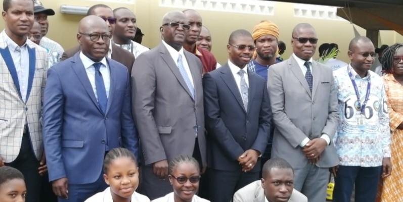 Le représentant du ministre des Transports, M'Baye Diop, (3e à partir de la gauche) a invité les étudiants à s'intéresser aux métiers de l'aviation civile. (DR)