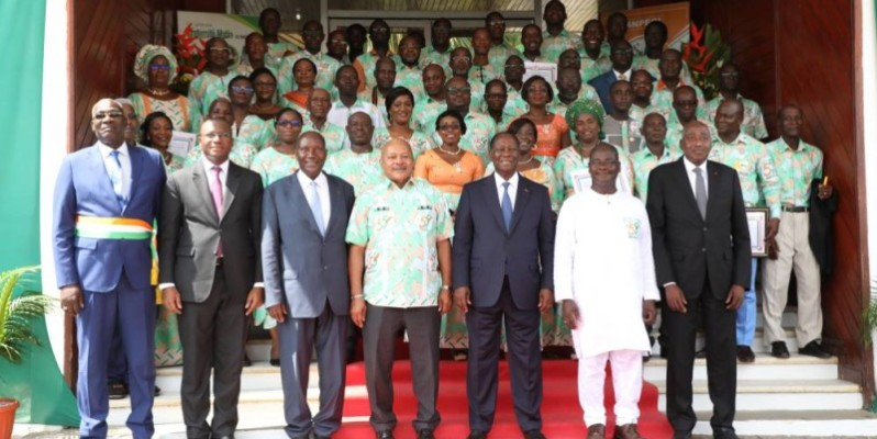 Les décorés autour du Président de la République, Alassane Ouattara. (Bosson Honoré)