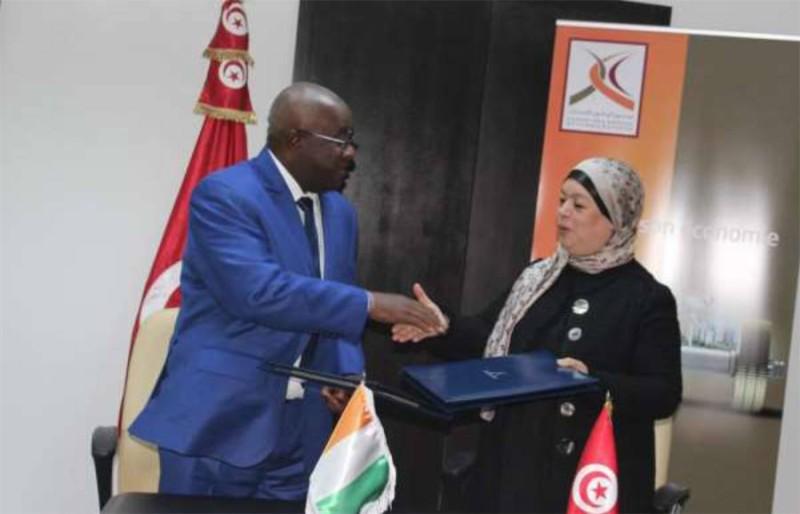 Dr Boutheina Ben Yaghlane, Directrice Générale de la Caisse des Dépôts et Consignations (CDC) et M. Fofana Lassina, Directeur Général de la CDC de la Côte d'Ivoire ont signé une convention de coopération entre les deux institutions (DR)