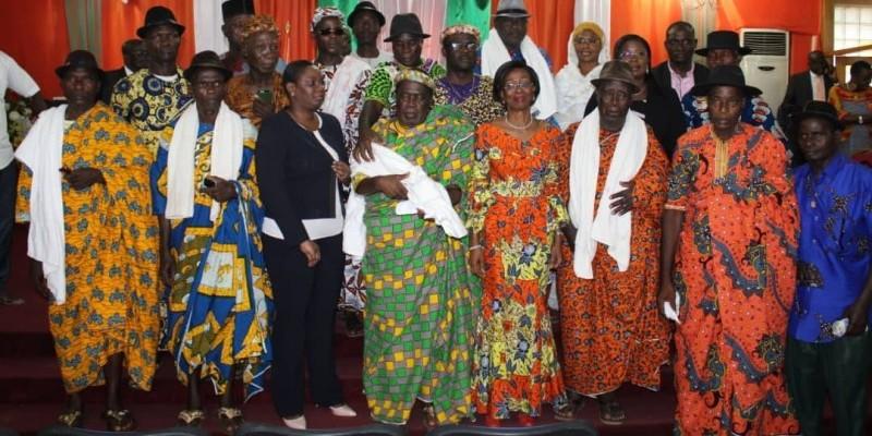 Les populations de Zoukougbeu à l'issue de la rencontre avec la ministre de la Femme, de la Famille et de l'Enfant, Bakayoko Ly Ramata, à l'hôtel du district.
