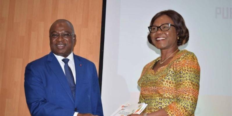 La ministre Nialé Kaba reçoit le document des mains du ministre de la fonction publique, le Gal Issa Coulibaly. (DR)