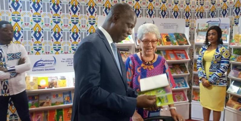 Le ministre de la Culture et de la Francophonie, Bandaman Maurice tenant un livre pour enfants. (DR)