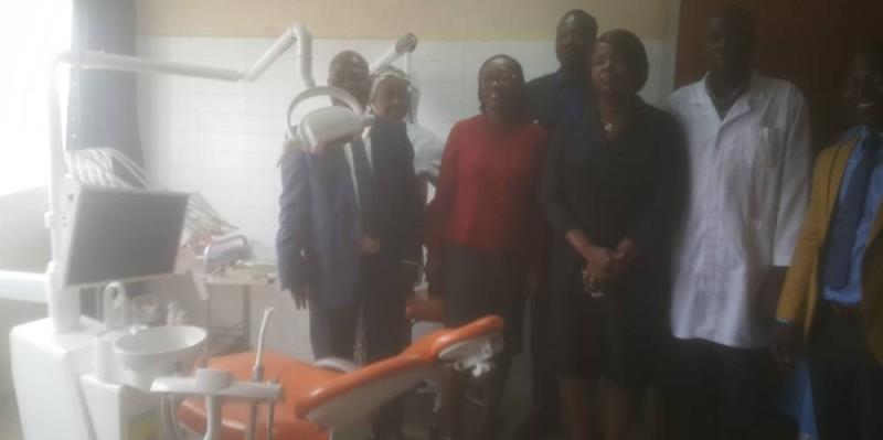 Le matériel médical de l'Université de Cocody visité par le DG du Croua1 Blé Guirao et l'épouse du maire de Cocody, Yolande Yacé. (DR)