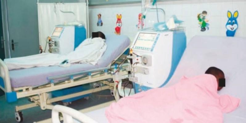 Des enfants atteints d'insuffisance rénale chronique, en salle d'hémodialyse. (Sébastien Kouassi)