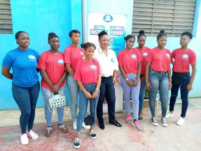 La directrice administrative de l'Institut Lavoisier, Yolande Gueye (au centre), et ses élèves disent non à la drogue et à l'usage abusif des réseaux sociaux. (DR)