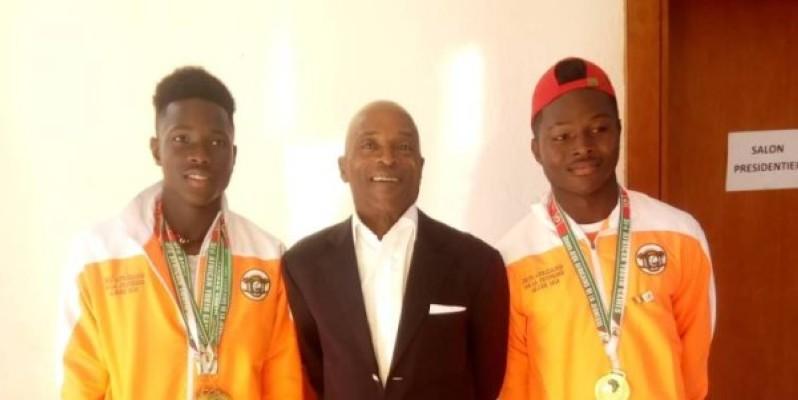 Eliakim Coulibaly (à gauche) et Cyril Lago, autour du président Georges N'Goan lors de la célébration des athlètes médaillés aux derniers Jeux africains de la jeunesse, à Alger. (DR)
