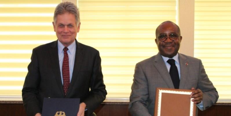 Le ministre Sansan Kambilé et l'ambassadeur d'Allemagne au cours de la cérémonie de signature de convention. (Joséphine Kouadio)