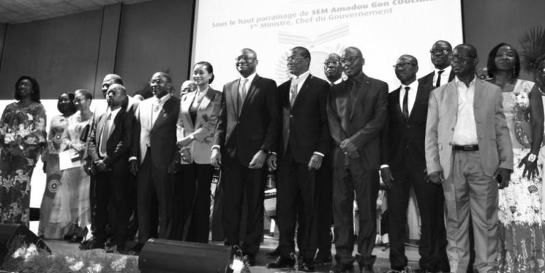 Le ministre de la Communication et des Médias (au centre) a immortalisé le moment avec certaines personnalités élevées au grade de commandeur et officier dans l'Ordre du mérite de la communication. (Véronique Dadié)