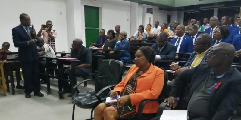 Le Pr Franck Mansour Adoéti (micro en main) présentant les nouvelles filières aux auditeurs de l'Infas en présence de la directrice générale (assise à gauche, au 1er rang). (DR)