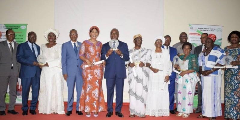 Le général Issa Coulibaly (au centre), en compagnie des autres ambassadeurs de la paix ou leurs représentants. (DR)