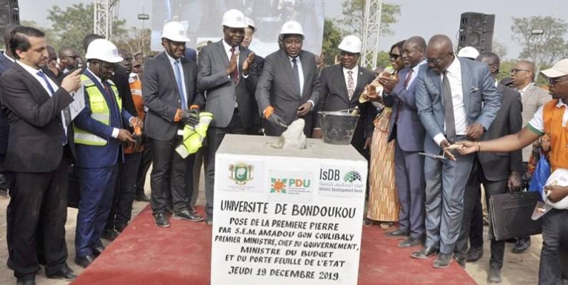 Le Premier ministre Amadou Gon Coulibaly donne le coup d'envoi des travaux de construction de l'université de Bondoukou. (Primature)