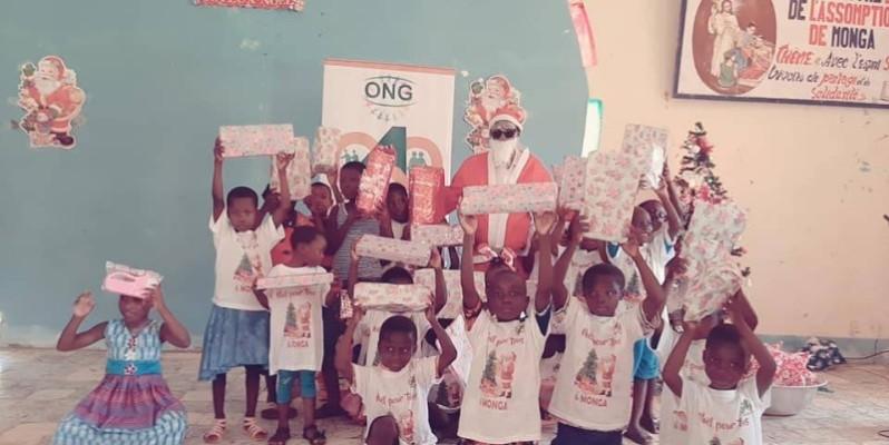 """Des enfants de Monga ont reçu des cadeaux de l'Ong """"Amour sans limite"""". (DR)"""